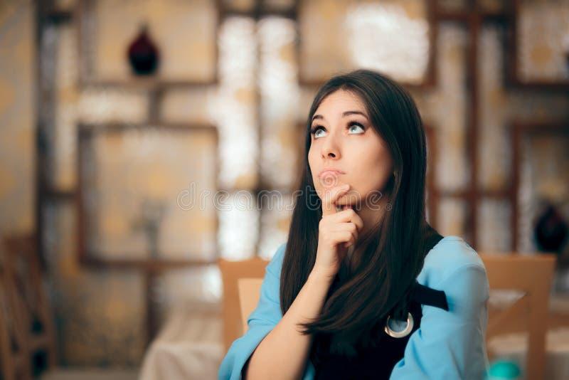 Αστεία γυναίκα που σκέφτεται σκληρά πώς να επιλύσει ένα πρόβλημα στοκ εικόνες