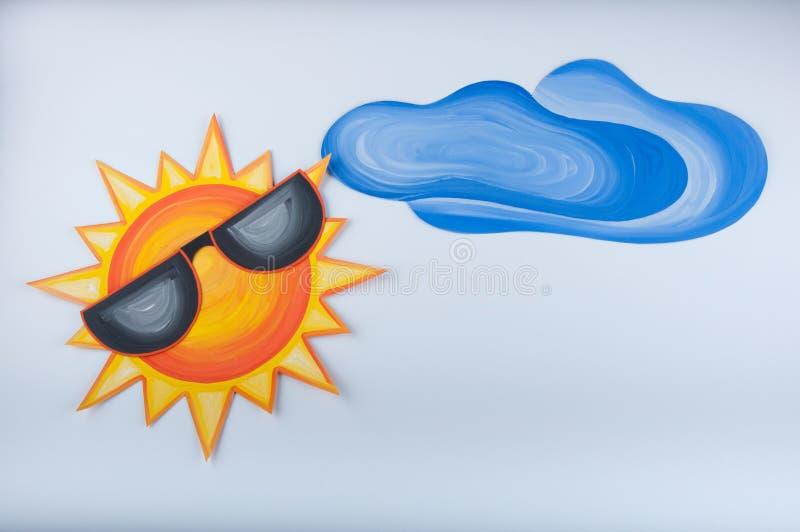 Αστεία εικόνα κινούμενων σχεδίων που σύρεται με την γκουας Ήλιος στα γυαλιά και σύννεφο στο άσπρο υπόβαθρο στοκ εικόνες