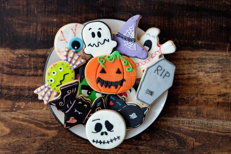 Αστεία μπισκότα αποκριών σε ένα ξύλινο υπόβαθρο στοκ εικόνες
