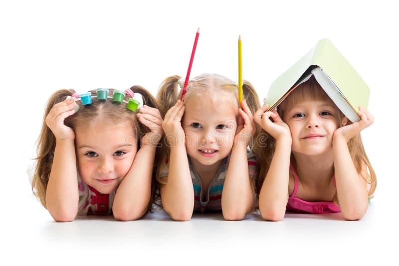 Αστεία παιδιά με το βιβλίο, τα μολύβια και τα χρώματα στοκ εικόνες με δικαίωμα ελεύθερης χρήσης