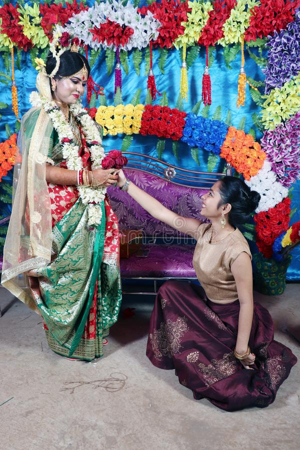 Αστεία στιγμή με τη νύφη και την αδελφή της Αστεία στιγμή Ειλικρινής γαμήλια στιγμή Η αδελφή προσπαθεί να προτείνει την παλαιότερ στοκ εικόνες