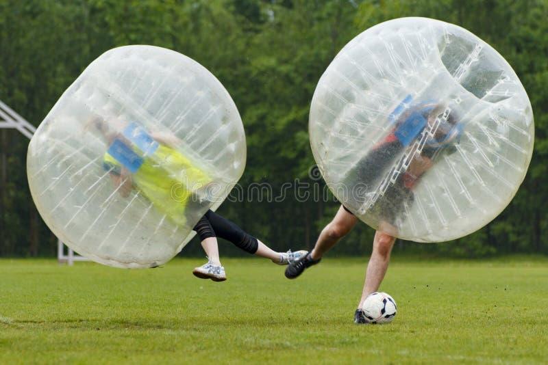 Αστεία στιγμή ποδοσφαίρου φυσαλίδων Έννοια: Διασκέδαση, αθλητισμός, πέταγμα στοκ εικόνα