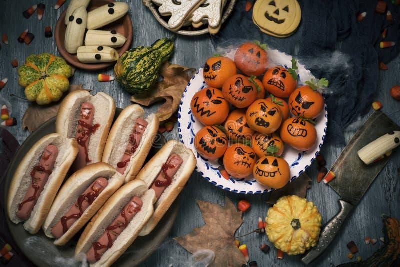 Αστεία τρόφιμα αποκριών σε έναν αγροτικό πίνακα στοκ φωτογραφίες με δικαίωμα ελεύθερης χρήσης