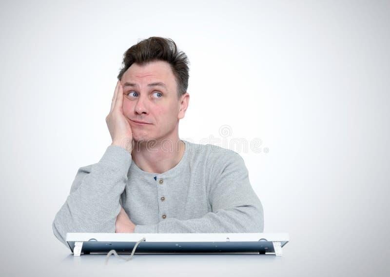 Αστεία όνειρα ατόμων που κάθονται σε ένα πληκτρολόγιο μπροστά από τον υπολογιστή στοκ εικόνες