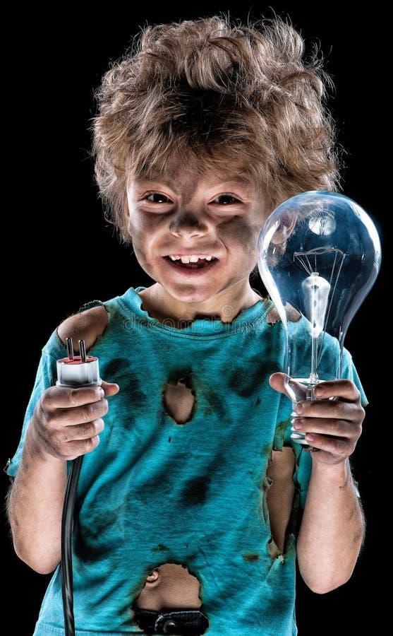 Αστείος λίγος ηλεκτρολόγος με το lightbulb στοκ εικόνες