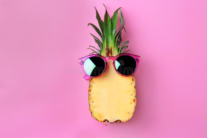 Αστείος ανανάς με τα γυαλιά ηλίου στοκ φωτογραφία με δικαίωμα ελεύθερης χρήσης