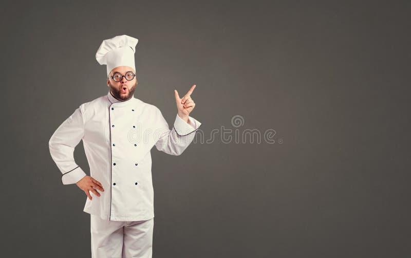 Αστείος αρχιμάγειρας με το μάγειρα γενειάδων στοκ εικόνα με δικαίωμα ελεύθερης χρήσης