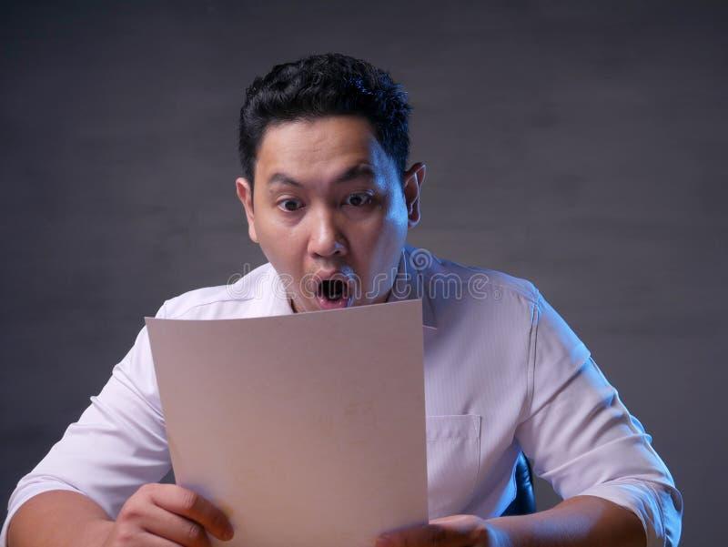 Αστείος επιχειρηματίας που συγκλονίζεται με το ανοικτό στόμα στοκ φωτογραφίες
