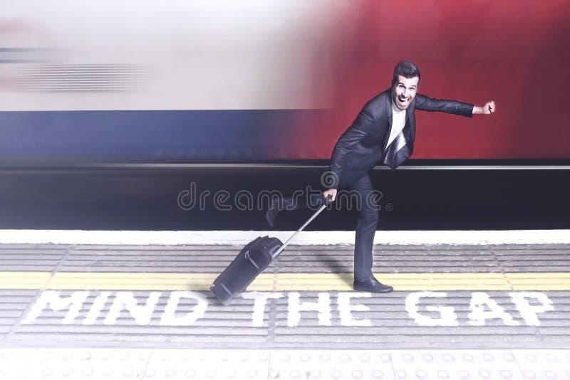 Αστείος επιχειρηματίας που τρέχει σε μια βιασύνη στοκ φωτογραφία