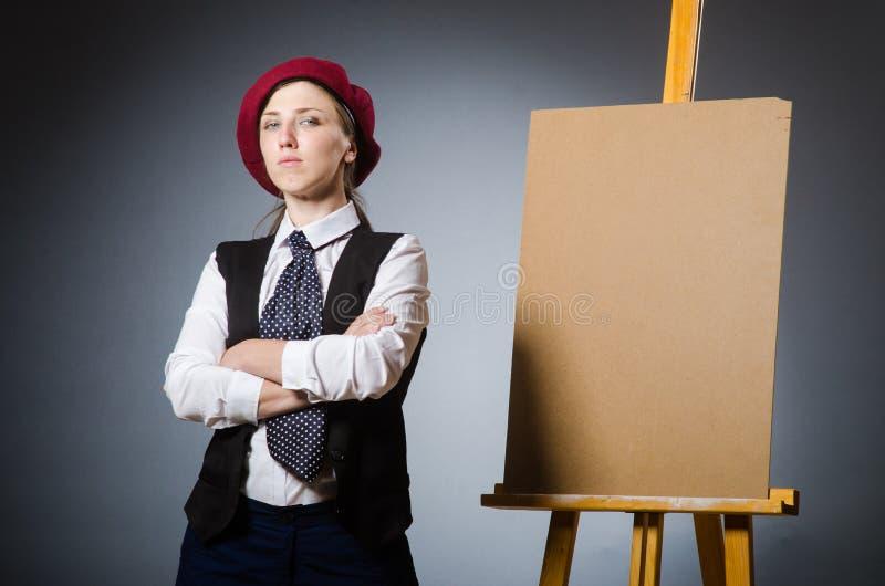 Download Αστείος καλλιτέχνης που εργάζεται στο στούντιο Στοκ Εικόνες - εικόνα από πινέλο, θηλυκό: 62704530
