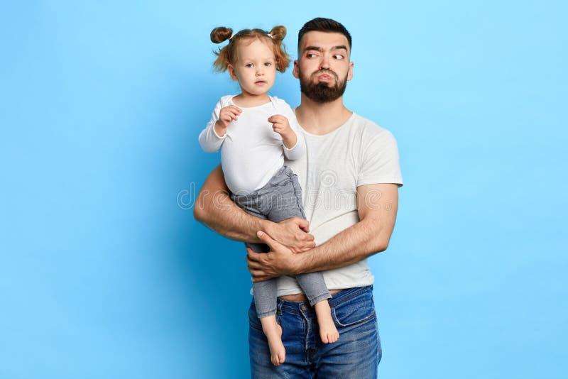 Αστείος μπαμπάς που εξετάζει την κόρη του ανυψωτικός την στοκ φωτογραφίες με δικαίωμα ελεύθερης χρήσης