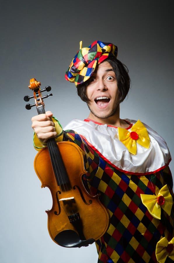 Download Αστείος φορέας κλόουν βιολιών στη μουσική έννοια Στοκ Εικόνες - εικόνα από χιουμοριστικός, makeup: 62710832