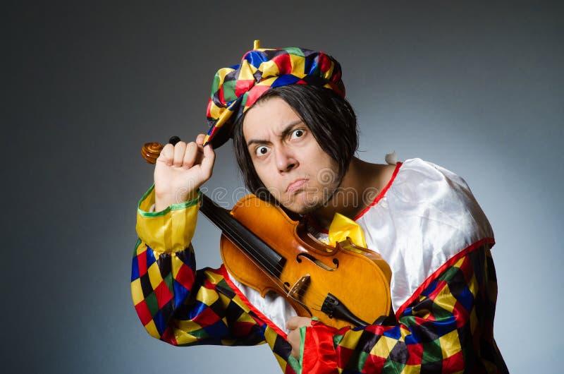 Download Αστείος φορέας κλόουν βιολιών στη μουσική έννοια Στοκ Εικόνα - εικόνα από μπαρεττών, κωμικός: 62710853