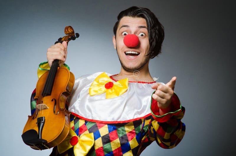 Download Αστείος φορέας κλόουν βιολιών στη μουσική έννοια Στοκ Εικόνα - εικόνα από διακοπές, κωμωδία: 62710911