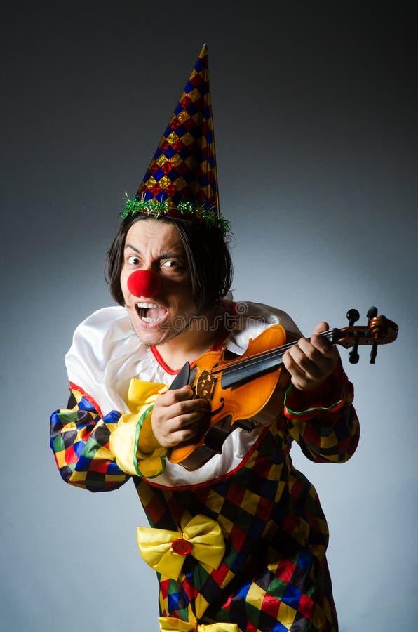 Download Αστείος φορέας κλόουν βιολιών στη μουσική έννοια Στοκ Εικόνα - εικόνα από μουσικός, όργανο: 62710915