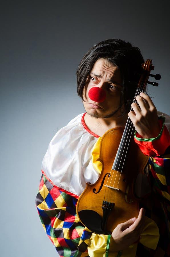 Download Αστείος φορέας κλόουν βιολιών στη μουσική έννοια Στοκ Εικόνες - εικόνα από βιολοντσέλο, χαρακτήρας: 62710930