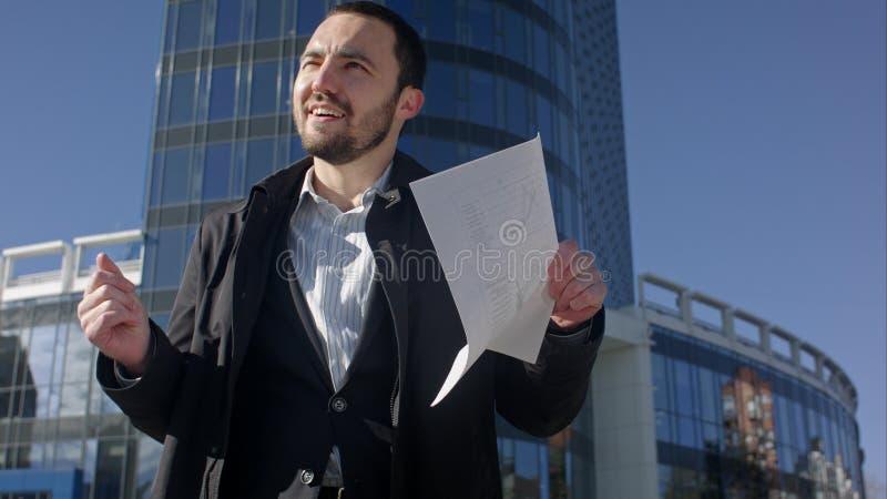 Αστείος χορεύοντας επιχειρηματίας σε μια οδό, υπαίθρια στοκ φωτογραφίες