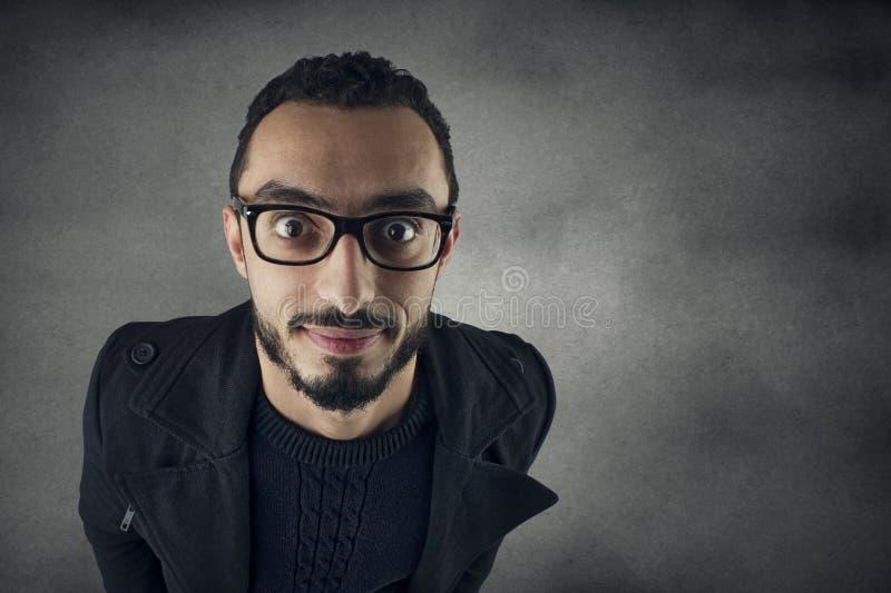 Αστείο άτομο με τα γυαλιά Nerd που χαμογελά, ευρύς πυροβολισμός γωνίας στοκ εικόνα με δικαίωμα ελεύθερης χρήσης