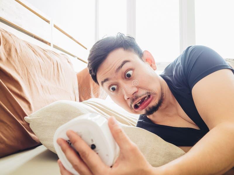 Αστείο άτομο ξυπνήστε αργά στοκ φωτογραφία με δικαίωμα ελεύθερης χρήσης