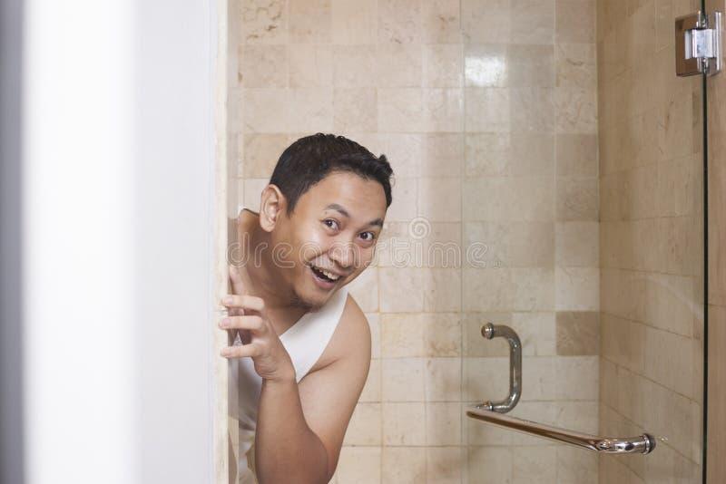 Αστείο άτομο που χαμογελά στο λουτρό στοκ φωτογραφίες