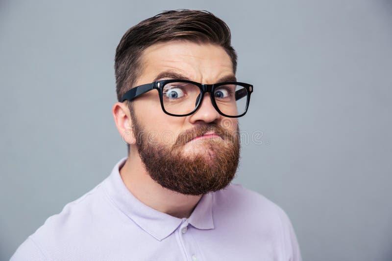 Αστείο άτομο hipster που εξετάζει τη κάμερα στοκ εικόνες