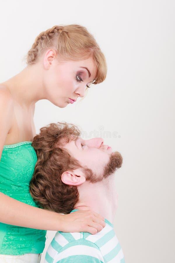 Αστείο αγαπώντας ζεύγος που κάνει το ανόητο πρόσωπο στοκ φωτογραφία με δικαίωμα ελεύθερης χρήσης