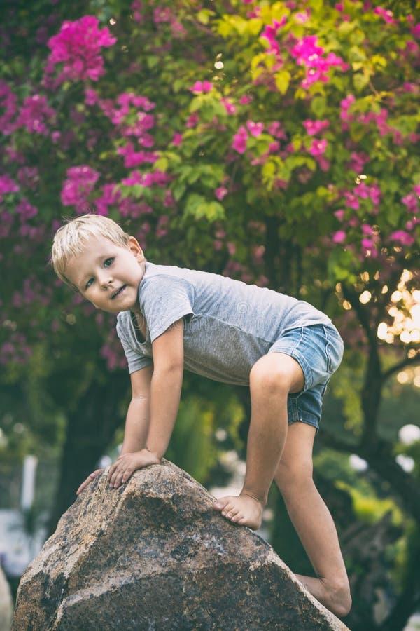 Αστείο αγόρι στο βράχο στοκ φωτογραφία με δικαίωμα ελεύθερης χρήσης