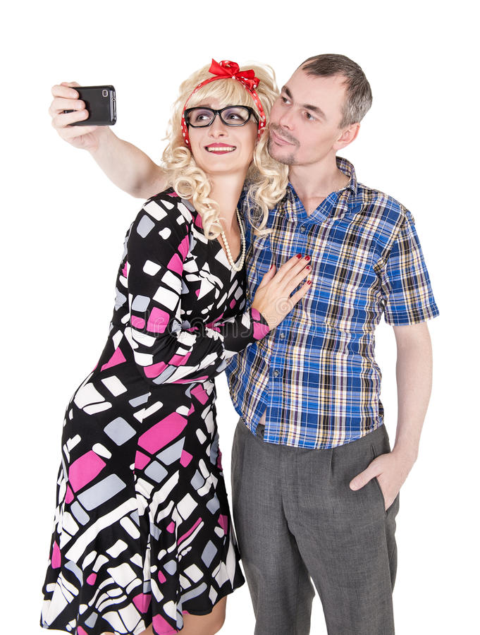 Αστείο αναδρομικό ζεύγος που παίρνει τη φωτογραφία τους selfie στοκ εικόνα