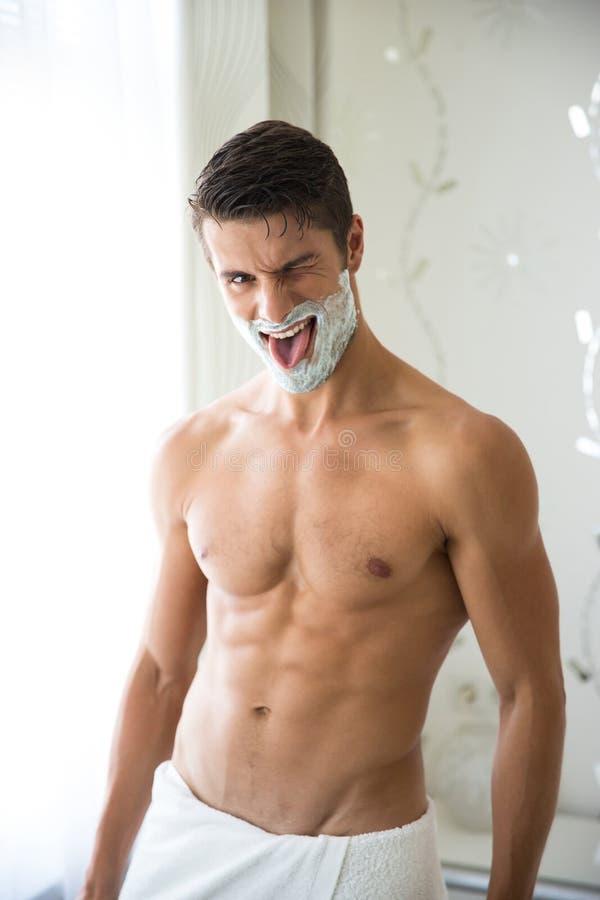 Αστείο γυμνό άτομο με τον αφρό στο πρόσωπο στοκ φωτογραφία