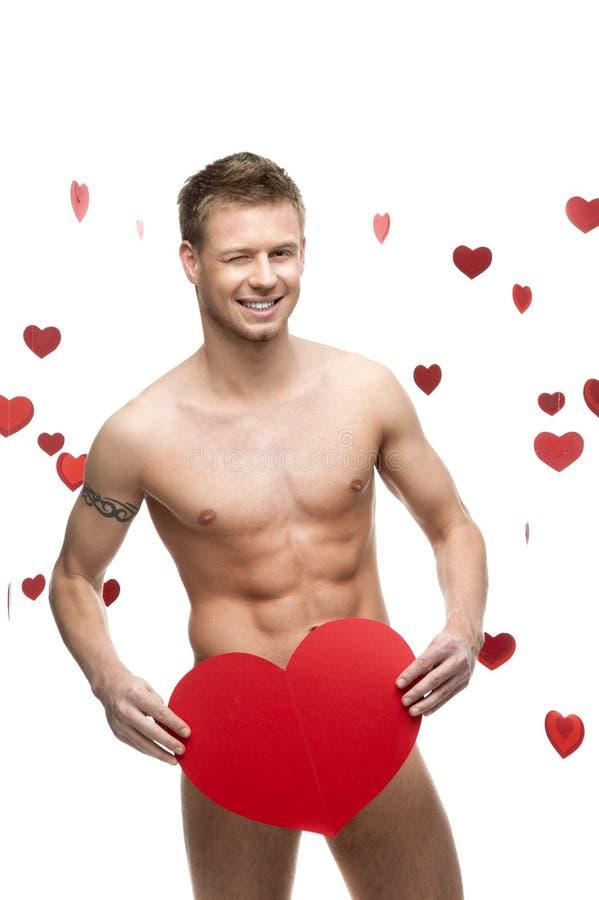 Αστείο γυμνό άτομο που κρατά τη μεγάλη κόκκινη καρδιά εγγράφου στοκ εικόνες με δικαίωμα ελεύθερης χρήσης
