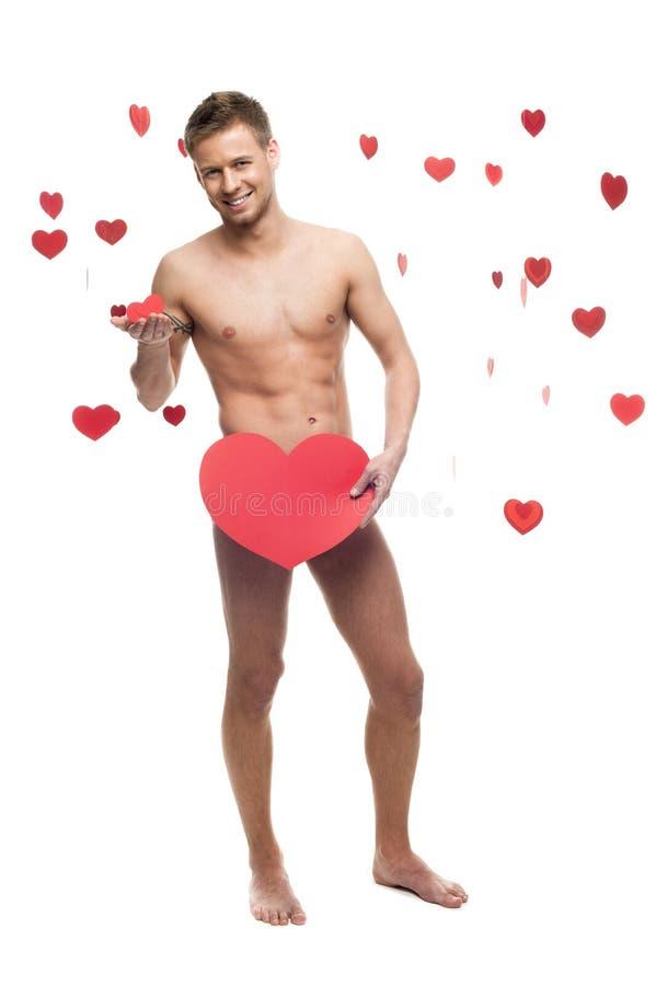 Αστείο γυμνό άτομο που κρατά τη μεγάλη κόκκινη καρδιά εγγράφου στοκ εικόνες