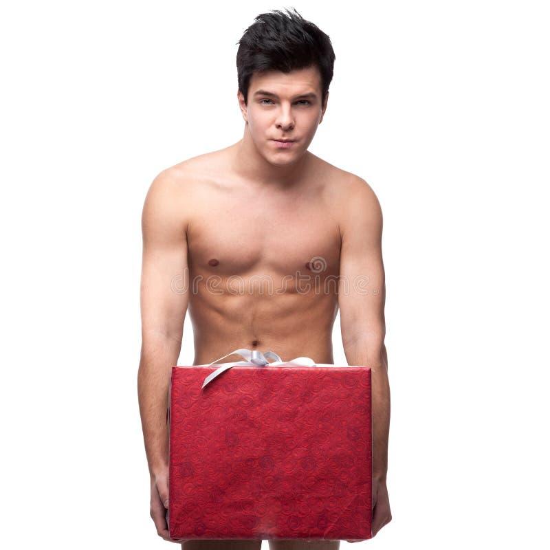 Αστείο γυμνό άτομο που κρατά τη μεγάλη κόκκινη καρδιά εγγράφου στοκ εικόνα