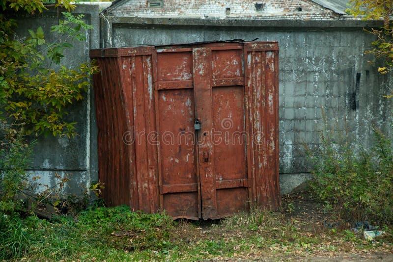 Αστείο εγκαταλειμμένο γκαράζ Πραγματική ανθρώπινη ντουλάπα στοκ φωτογραφία με δικαίωμα ελεύθερης χρήσης