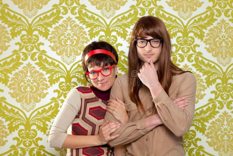 Αστείο ζεύγος χιούμορ nerd στην εκλεκτής ποιότητας ταπετσαρία στοκ φωτογραφίες με δικαίωμα ελεύθερης χρήσης