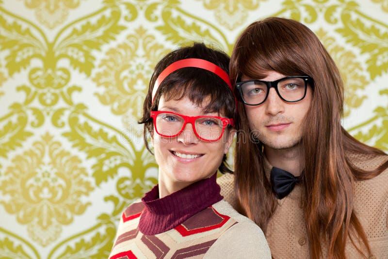 Αστείο ζεύγος χιούμορ nerd στην εκλεκτής ποιότητας ταπετσαρία στοκ φωτογραφία με δικαίωμα ελεύθερης χρήσης