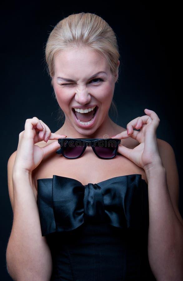 Αστείο κορίτσι με τα γυαλιά ήλιων στοκ φωτογραφίες