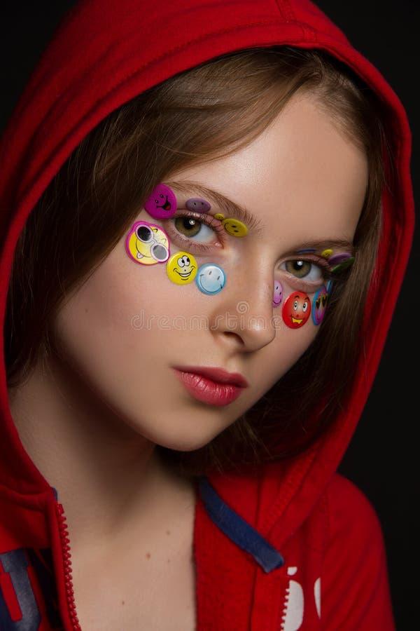 Αστείο κορίτσι με τα μάτια αυτοκόλλητων ετικεττών στοκ εικόνες
