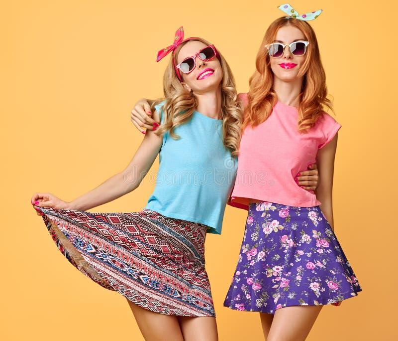 Αστείο κορίτσι μόδας τρελλό έχοντας τη διασκέδαση, χορός Φίλοι στοκ εικόνα