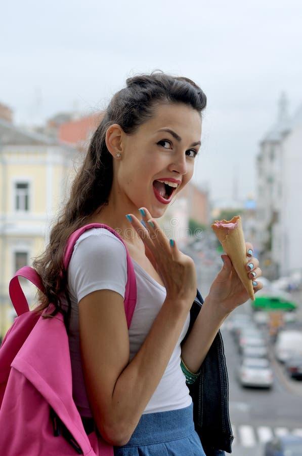 Αστείο κορίτσι που κρατά ένα παγωτό διαθέσιμο στοκ φωτογραφίες με δικαίωμα ελεύθερης χρήσης