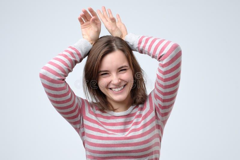 Αστείο κορίτσι που παρουσιάζει αυτιά λαγουδάκι με τα χέρια της στοκ εικόνα με δικαίωμα ελεύθερης χρήσης