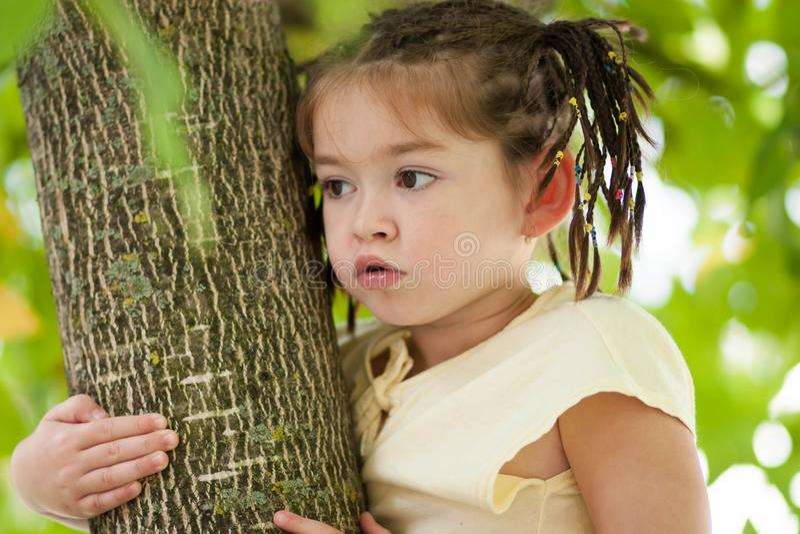 Αστείο κορίτσι τετράχρονων παιδιών με ένα κούρεμα από πολλές πλεξίδες στο α στοκ εικόνες