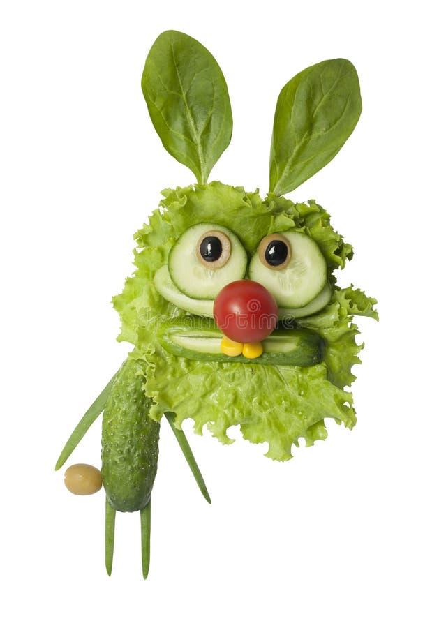Αστείο κουνέλι που γίνεται με τα πράσινα λαχανικά στο άσπρο υπόβαθρο στοκ φωτογραφίες με δικαίωμα ελεύθερης χρήσης