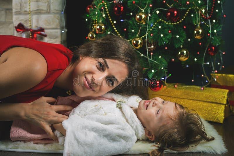 Αστείο μωρό και mum κοντά στο χριστουγεννιάτικο δέντρο Νέο έτος 2017 στοκ εικόνες με δικαίωμα ελεύθερης χρήσης