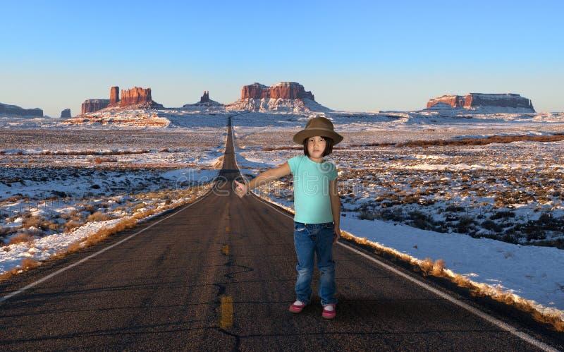 Αστείο νέο κορίτσι, Hitchhiker, ταξίδι στοκ εικόνες