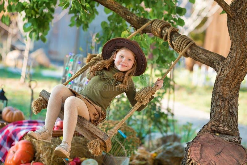 Αστείο παιδί παιδιών κοριτσιών στο πράσινο παιχνίδι κοστουμιών αποκριών υπαίθριο με τις απόκοσμες κολοκύθες γρύλων με τα τρομακτι στοκ φωτογραφία με δικαίωμα ελεύθερης χρήσης