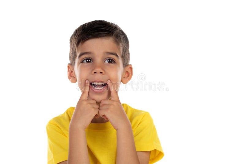 Αστείο παιδί που κάνει τη διασκέδαση με το στόμα του στοκ εικόνες με δικαίωμα ελεύθερης χρήσης