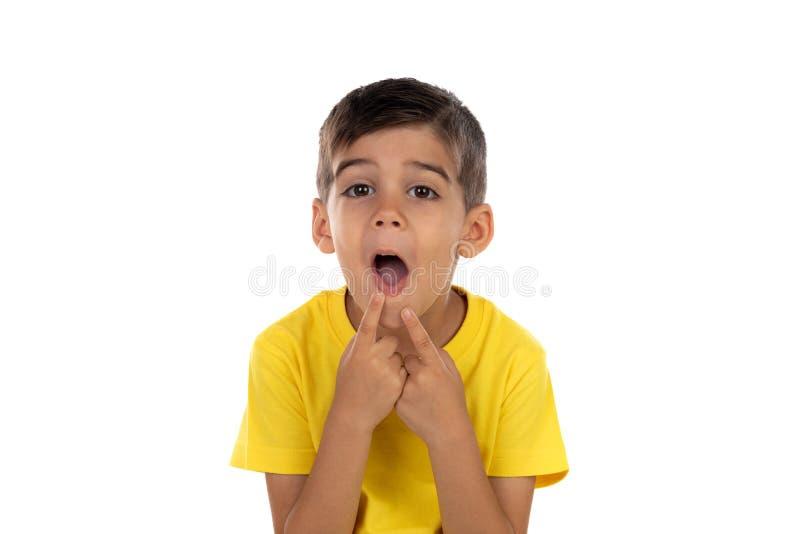 Αστείο παιδί που κάνει τη διασκέδαση με το στόμα του στοκ φωτογραφία