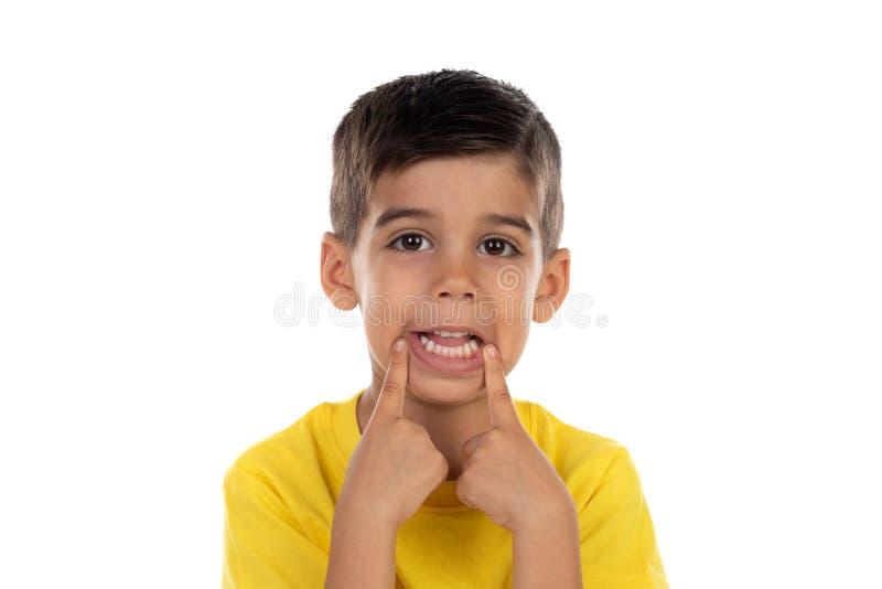 Αστείο παιδί που κάνει τη διασκέδαση με το στόμα του στοκ εικόνα με δικαίωμα ελεύθερης χρήσης