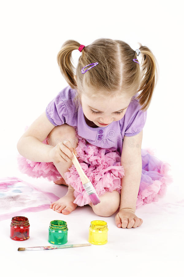 Αστείο παιχνίδι μικρών κοριτσιών με τα watercolors στοκ εικόνες με δικαίωμα ελεύθερης χρήσης