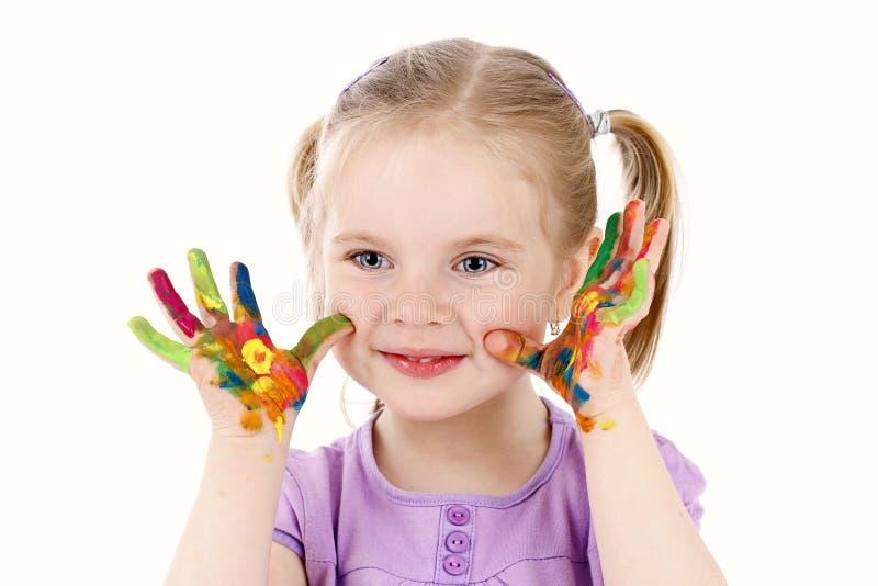 Αστείο παιχνίδι μικρών κοριτσιών με τα watercolors στοκ φωτογραφία με δικαίωμα ελεύθερης χρήσης